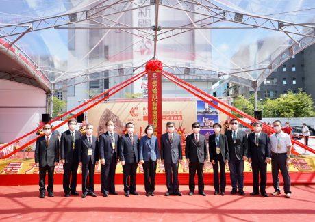 是方電訊15日舉行新機房動土典禮,由總統蔡英文(左六)率領是方董事長吳彥宏(右六)等貴賓完成動土儀式,合影留念。